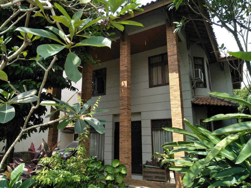 Rumah dengan halaman luas Nyaman , Aman, lokasi strategis dekat dengan tol cijago, tol Cibubur dan Mall di Cimanggis Harjamukti Depok