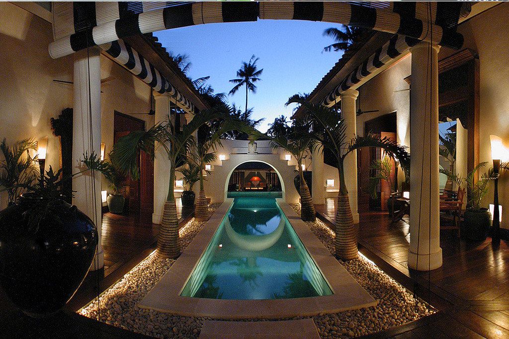Luxury Villa In Great Location Walking Distance  to Beach .