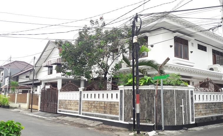 Rumah di Tebet Timur, Di Hoek, Jalan Depan Rumah Bisa Dilalui 2 mobil; SHM, LT 314 m2