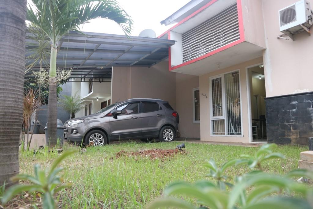 Rumah Depan Taman di dekat Toll Bekasi barat
