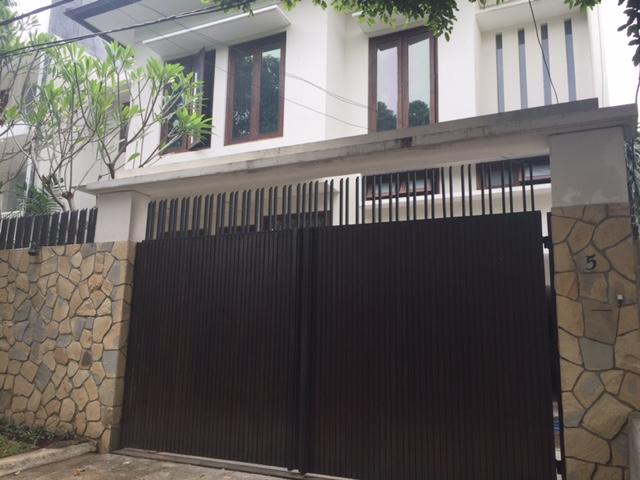 Rumah bagus 3 lantai semi furnished dan siap huni di daerah strategis di kebayoran baru.