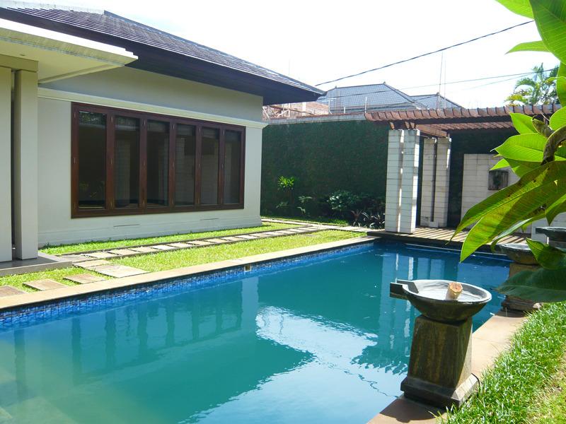 Disewakan rumah bagus dengan kolam renang